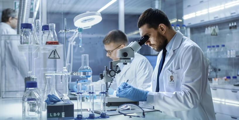 Работники лаборатории проводят исследования